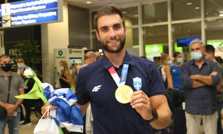 Επέστρεψε ο Ντούσκος και αποθεώθηκε στο αεροδρόμιο